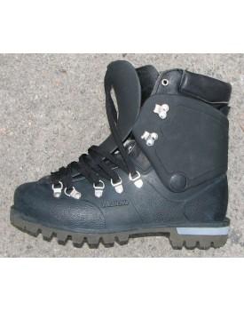 Пластиковые ботинки со сменными войлочным саножками фирмы Raichle.